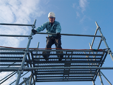 Scaffold without pre-installed handrails